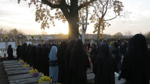 Modlitwa za zmarłych na cmentarzu zakonnym i wojennym w Krakowie-Łagiewnikach, 1 listopada 2018